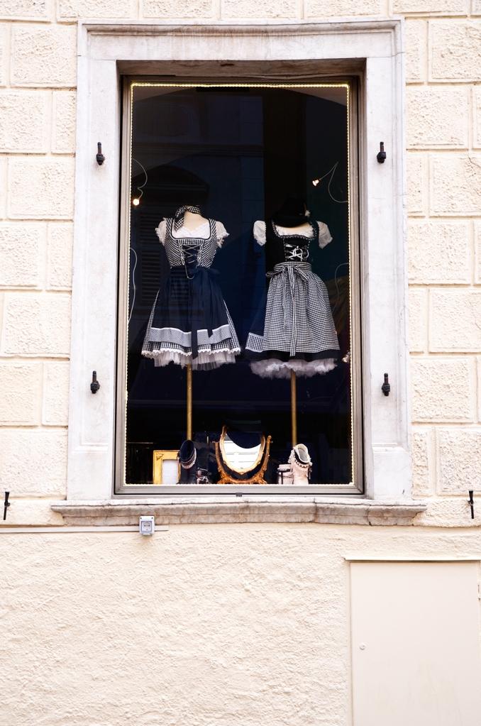 Bolzano: tienda de ropa con 'trachten' típicos del Tirol en el escaparate