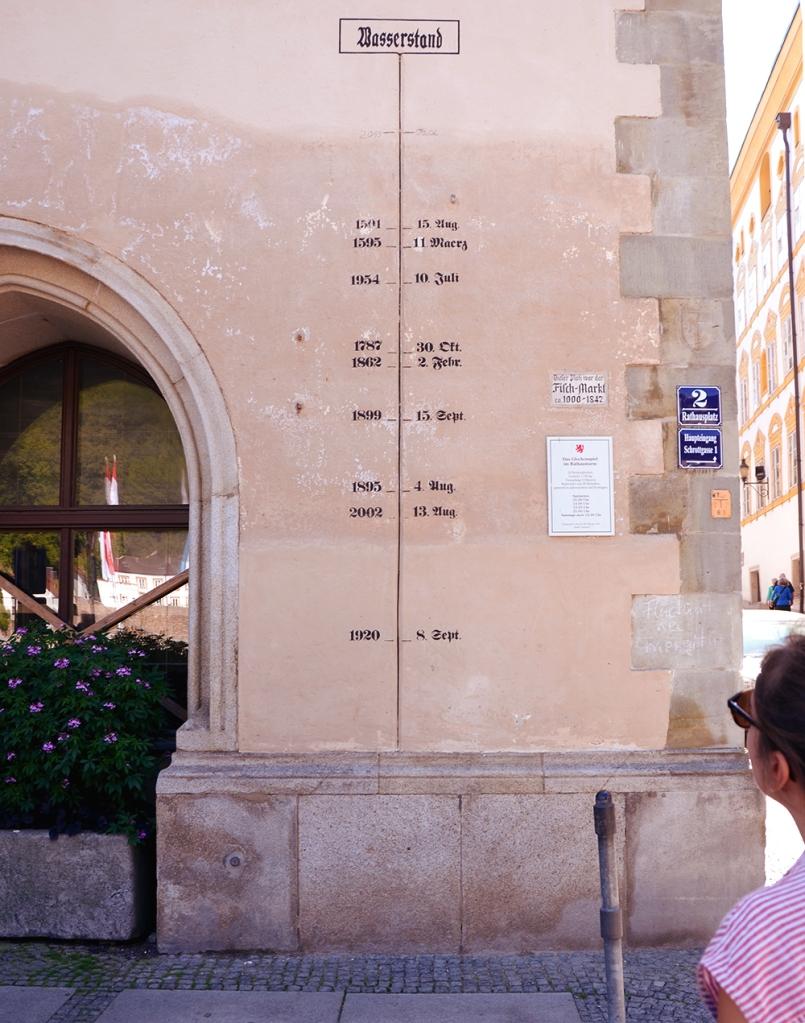 Marques de las crescudes d'aigua al centre de Passau; la més alta és de la de juny de 2013