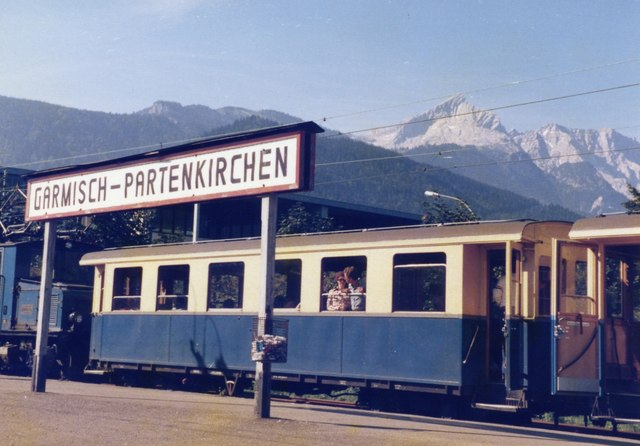 Una imatge històrica del tren cremallera, amb el pic al fons. /M J Richardson CC
