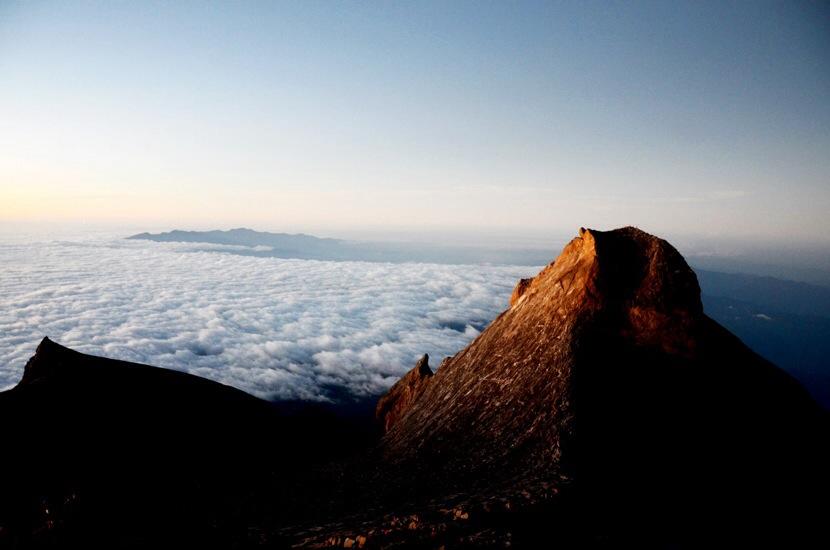 La vista desde la cima del Kinabalu, a primera hora