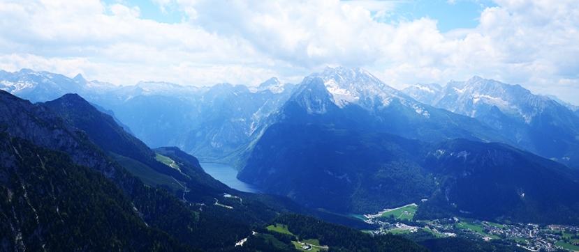 Las montañas y el lago