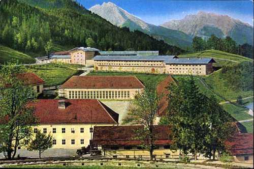 En primer término, barracas de las SS; en segundo, el Platterhof. /WEB